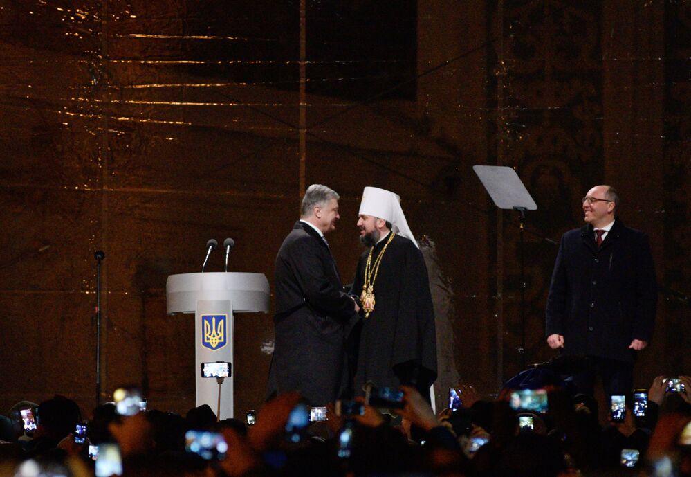 Presidente da Ucrânia Pyort Poroshenko junto com o bispo da nova Igreja Ortodoxa Ucraniana do Patriarcado de Kiev, na Ucrânia