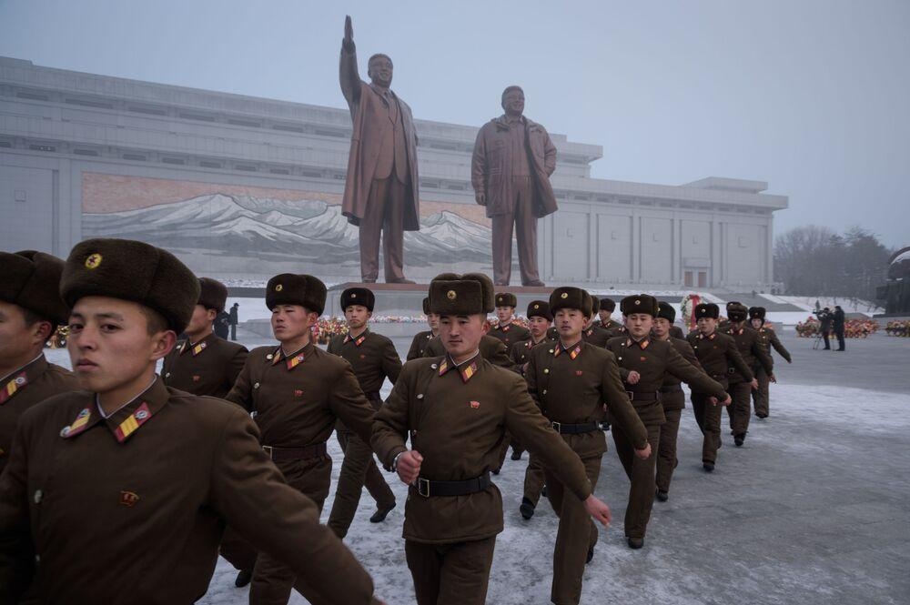 Soldados do Exército Popular da Coreia marcham após se curvar diante das estátuas dos líderes norte-coreanos Kim Il-sung e Kim Jong-il, em Pyongyang, Coreia do Norte, 17 de dezembro de 2018