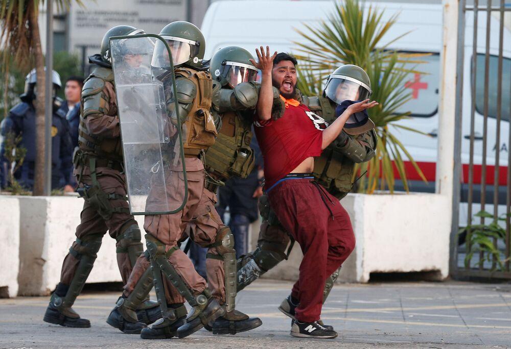 Trabalhador portuário detido pela polícia durante protesto em Valparaíso, Chile, 18 de dezembro de 2018