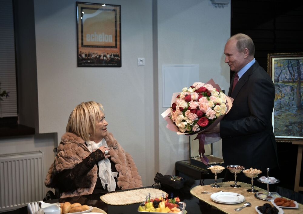 Presidente russo, Vladimir Putin, parabeniza Galina Volchek, diretora artística do Teatro Sovremennik, 19 de dezembro de 2018