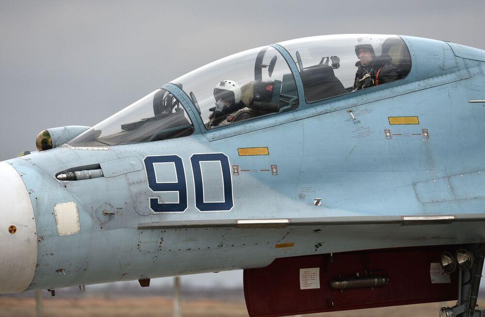 Pilotos na cabina de um caça Su-30M2 no aeródromo de Belbek, perto de Sevastopol