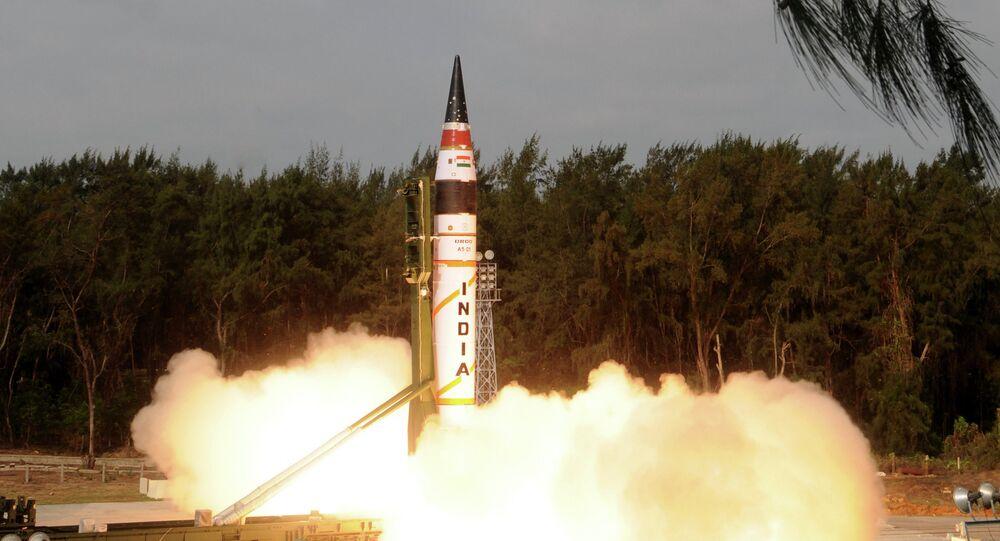 Míssil indiano Agni-5 durante lançamento (imagem referencial)
