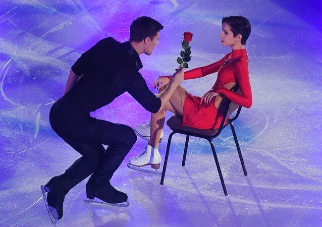 Natalia Zabiyako e Aleksandr Enbert se apresentam em performances de demonstração no campeonato russo de patinação artística na cidade de Saransk, Rússia