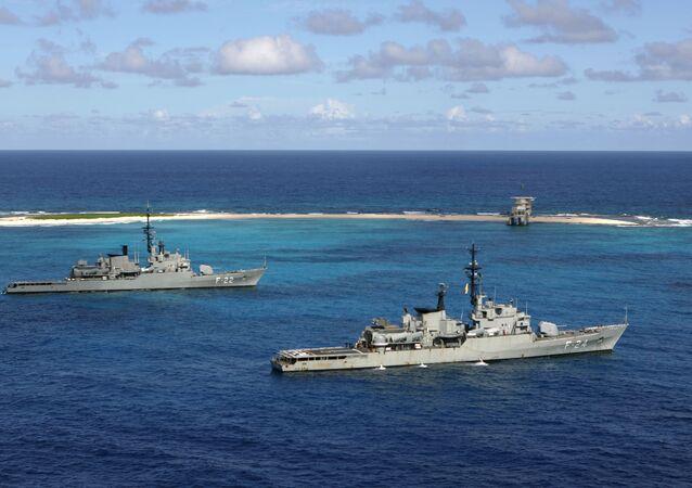 Navios de guerra da Marinha venezuelana ancoram em Isla de Aves.