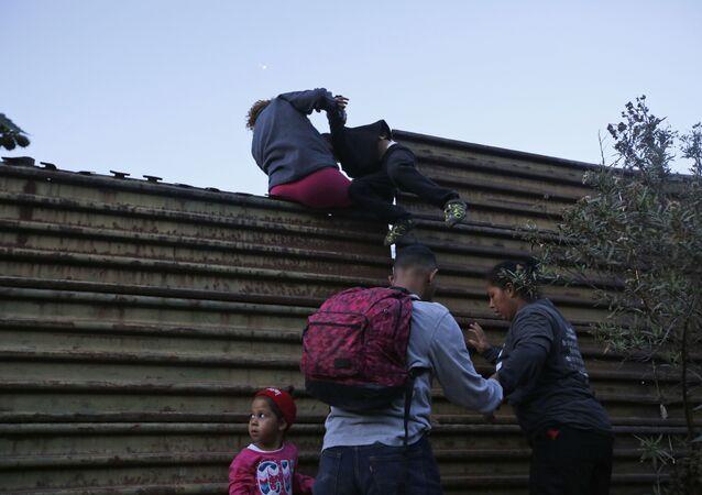 Migrantes tentando atravessar a fronteira dos EUA até San Diego, Califórnia (arquivo)