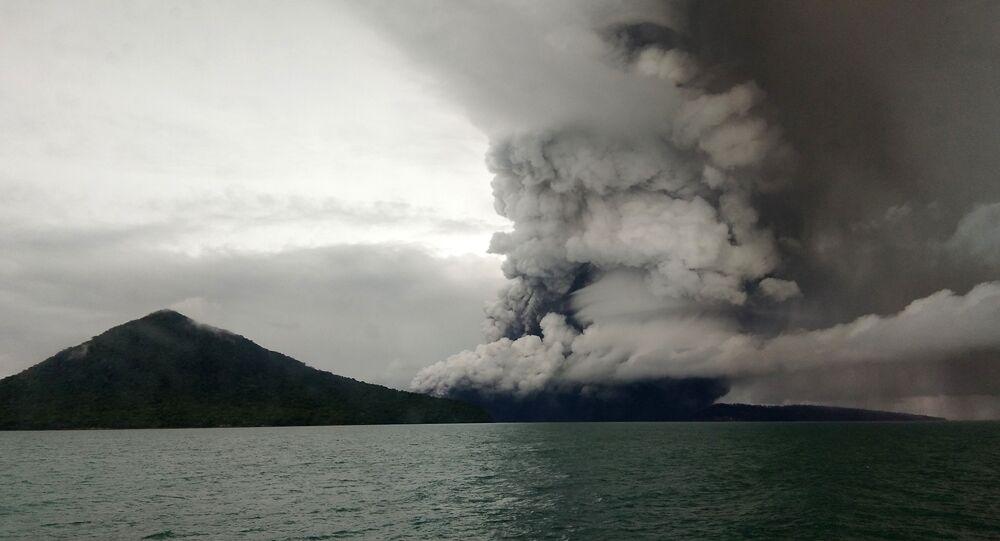 Vulcão Anak Krakatoa, Indonésia em 26 de dezembro, 2018 (foto do arquivo)