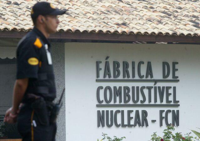 Soldado em frente a uma fábrica de combustíveis nucleares.