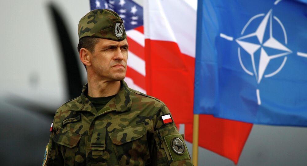Soldado polonês junto às bandeiras da OTAN, Polônia e EUA