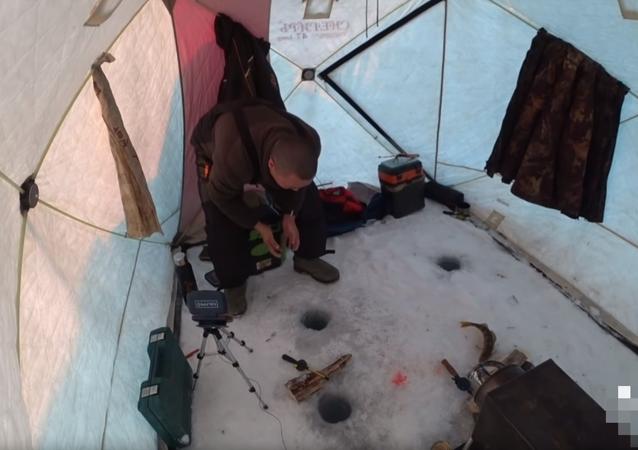 Pescador é enganado por peixe e fica com fome e sem anzol