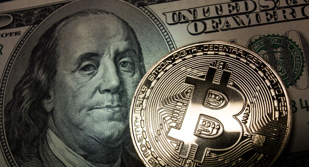 Bitcoin e uma nota de dólar (imagem ilustrativa)