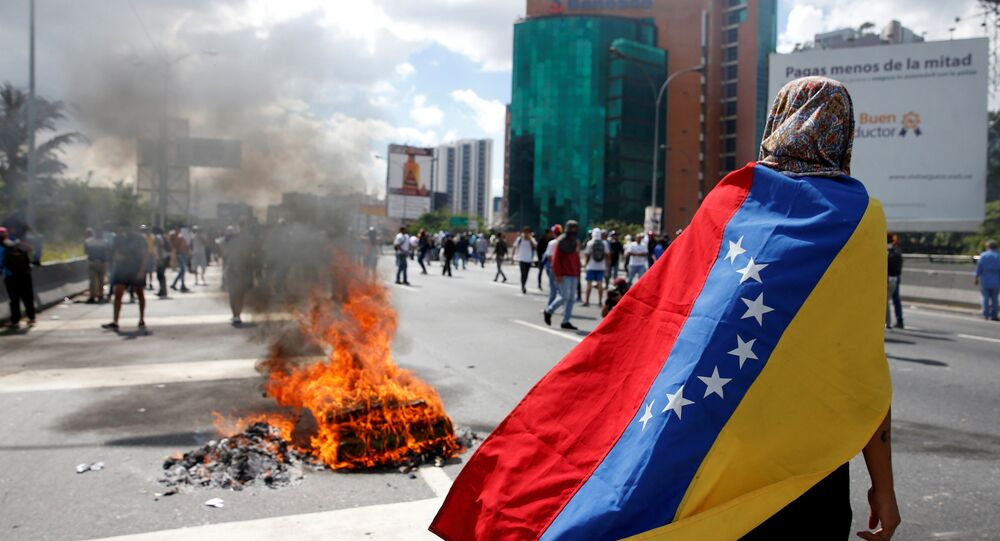 Confronto entre manifestantes e policiais na Venezuela.