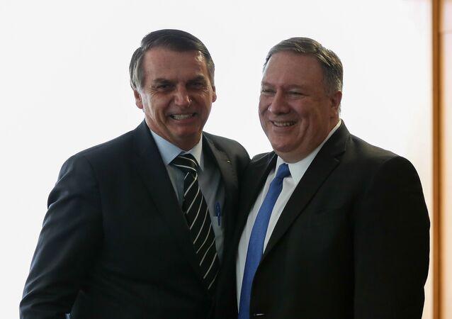 Jair Bolsonaro ao lado de Mike Pompeo, secretário de Estado dos EUA, após a posse do presidente brasileiro em Brasília