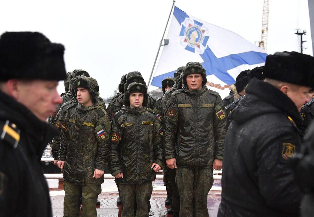 Militares recepcionam o grande navio antissubmarino Severomorsk da Frota do Norte, em Sevastopol