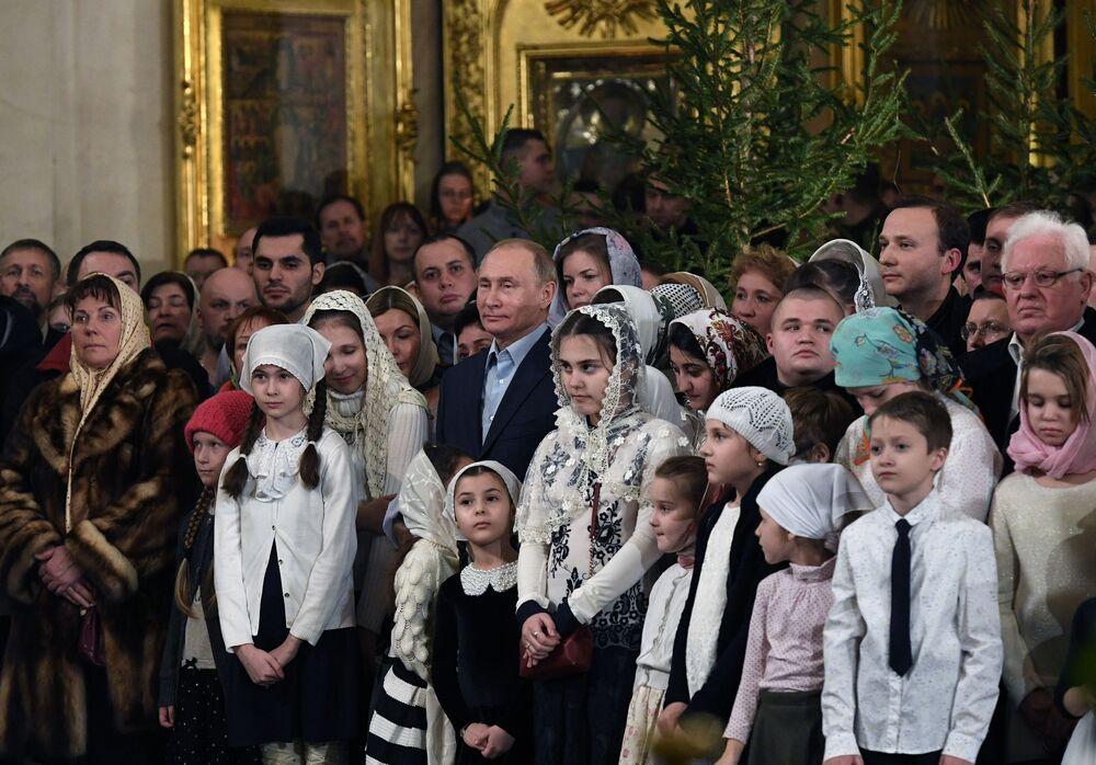 Presidente russo Vladimir Putin participa da missa solene natalina na Catedral da Transfiguração do Senhor, em São Petersburgo