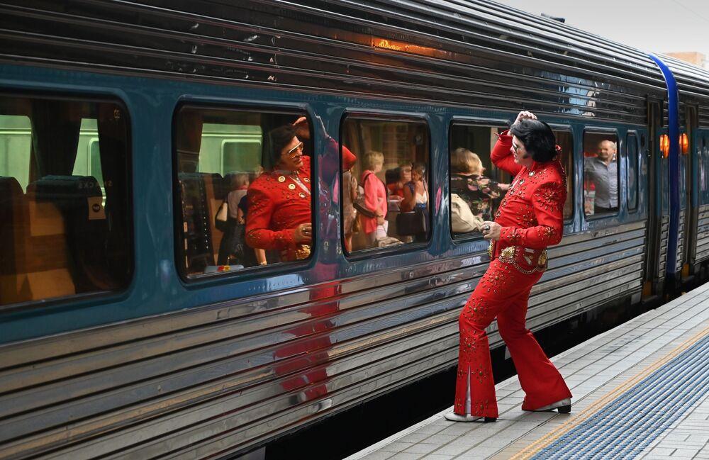 Fã do cantor Elvis Presley na Estação Ferroviária de Sydney antes de embarcar em um trem para um festival dedicado a Elvis Presley