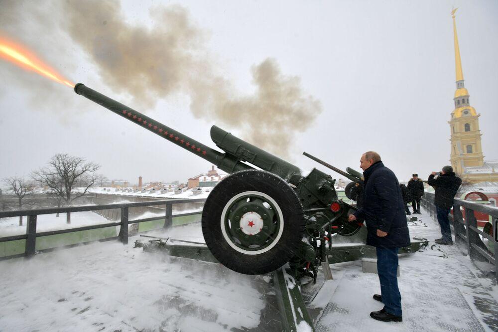 Vladimir Putin dispara tradicional canhão da Fortaleza de São Pedro e São Paulo
