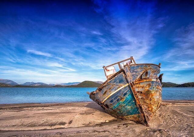 Destroços de um barco em praia