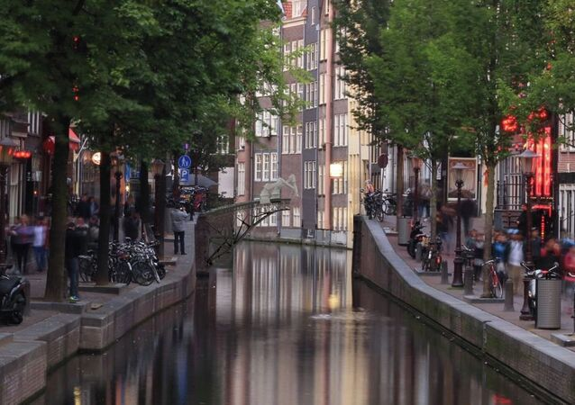 Representação digital da ponte sendo impressa em 3D em um canal de Amsterdã
