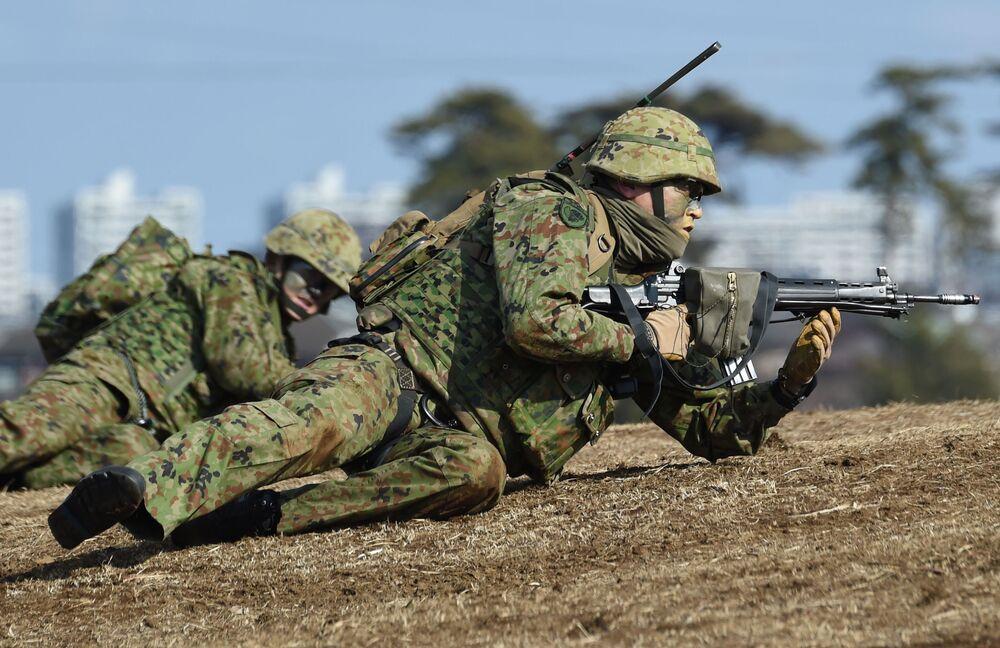 Militares da Primeira Brigada Aerotransportada das Forças de Autodefesa do Japão durante as manobras no Campo de Treinamento de Narashino, prefeitura japonesa de Chiba