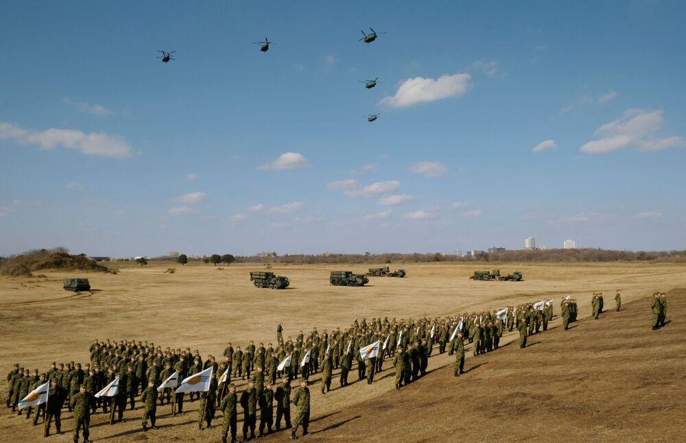 Soldados da Primeira Brigada Aerotransportada das Forças de Autodefesa durante os exercícios