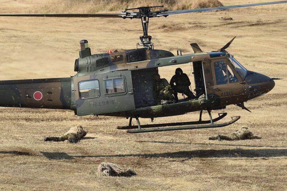 Um helicóptero UH-1J das Forças de Autodefesa do Japão durante as manobras em Narashino