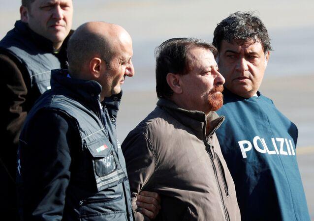 Cesare Battisti chega a Roma