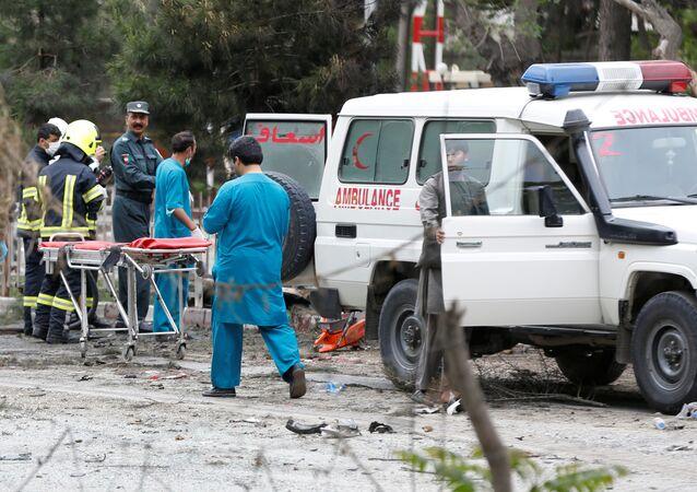 Forças de segurança afegãs e médicos são vistos no local de um ataque suicida em Cabul (arquivo)