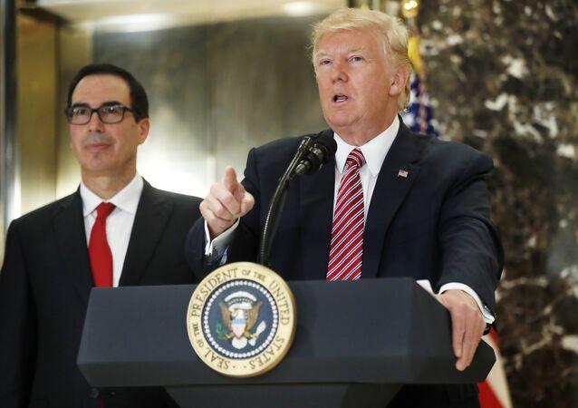 O presidente Donald Trump, acompanhado pelo secretário do Tesouro, Steven Mnuchin, fala à imprensa no saguão da Trump Tower, em Nova York.