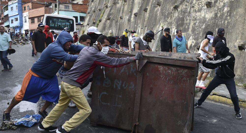 Construção de barricadas em desordens contra o governo em Caracas, Venezuela