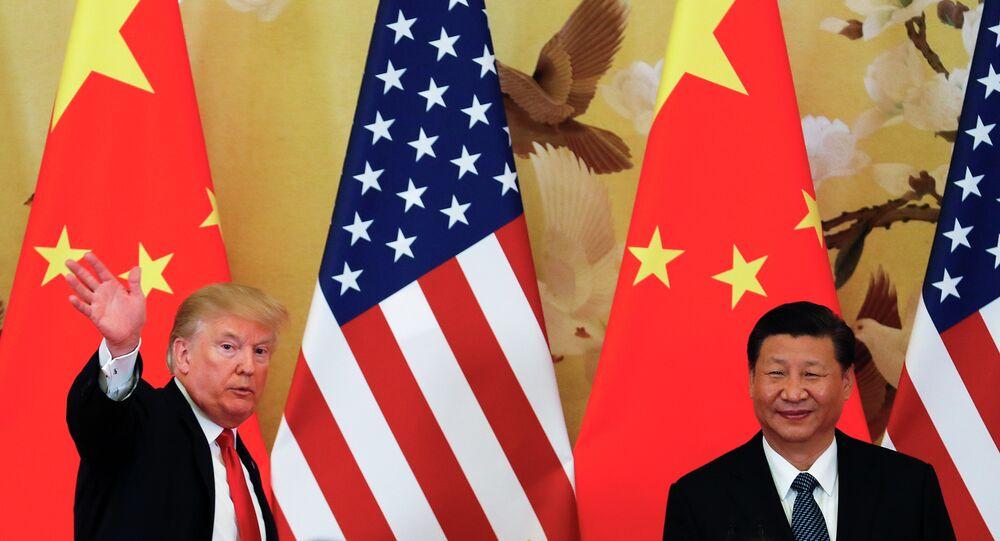 Presidente dos EUA, Donald Trump, acena ao lado do presidente chinês, Xi Jinping, após coletiva de imprensa em Pequim, 9 de novembro de 2017