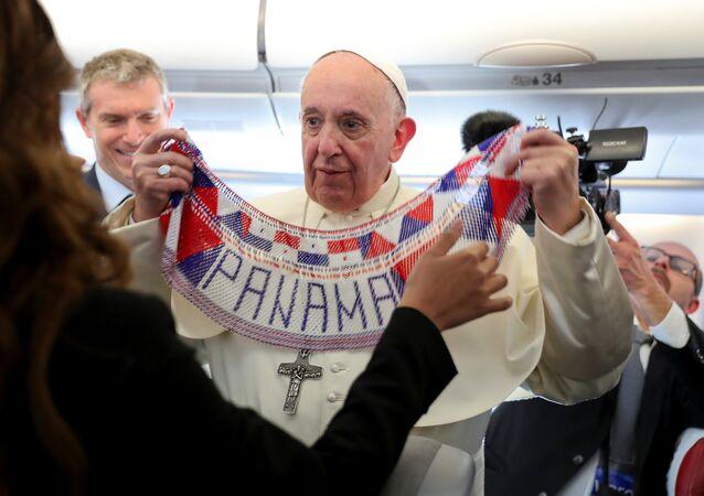 El Papa Francisco a bordo del avión a camino de Panamá