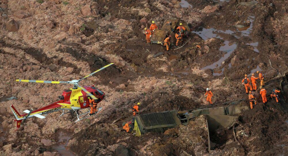 Equipe de resgate trabalha em uma barragem de rejeitos de propriedade da mineradora brasileira Vale SA que estourou em Brumadinho (MG).