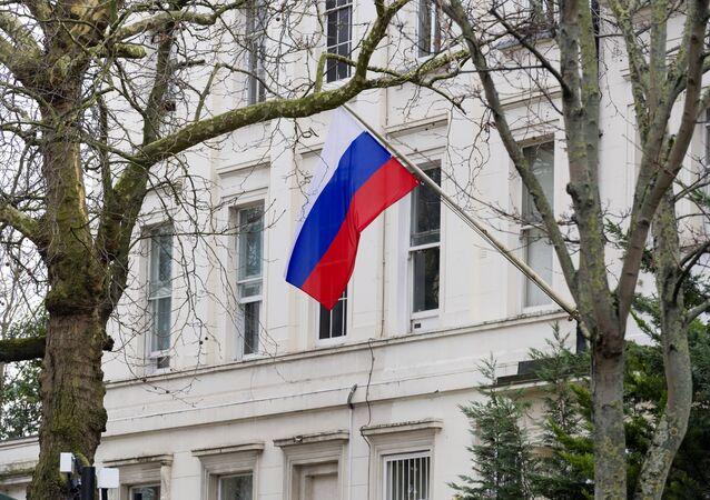 A bandeira russa tremula em frente à embaixada da Rússia em Londres, no Reino Unido.