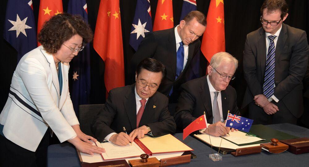 Premiê australiano, Tony Abbott, e ministro do Comércio chinês, Gao Hucheng, assinam o tratado de livre-comércio em Canberra, 17 de junho de 2015