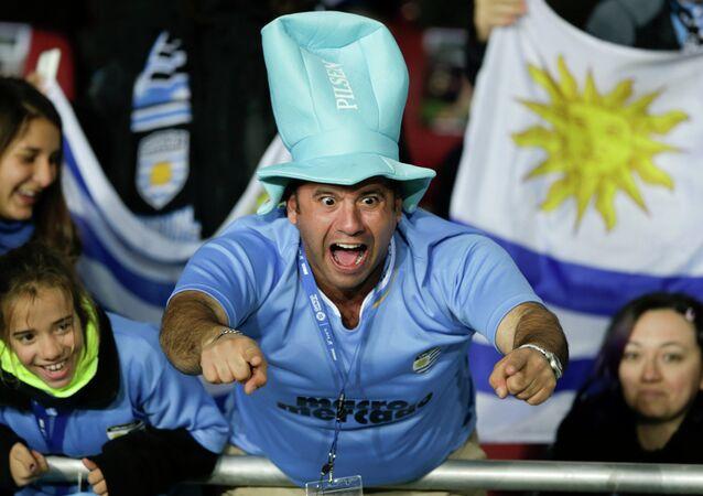 Um torcedor do Uruguai grita palavras de apoio à sua seleção em 16 de junho, momentos antes do início do jogo com a Argentina