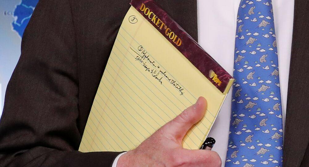 Assessor de Segurança Nacional dos EUA, John Bolton, segura um bloco de anotações escrito 5.000 soldados para a Colômbia, durante uma coletiva de imprensa na Casa Branca em Washington, EUA, 28 de janeiro de 2019