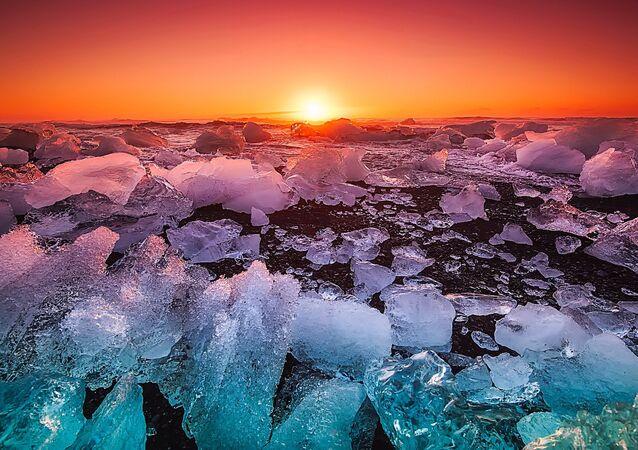 Vista da superfície marítima coberta por pedaços de gelo
