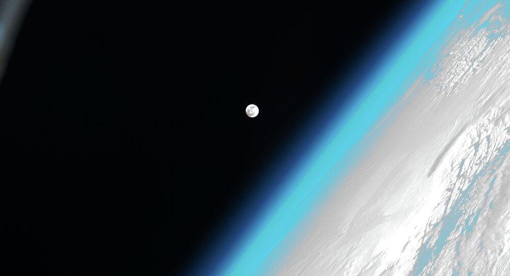 Lua e Terra (imagem de arquivo)