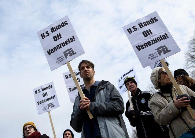 Ativistas protestam contra a intervenção dos EUA na Venezuela em frente à Casa Branca, 26 de janeiro de 2019