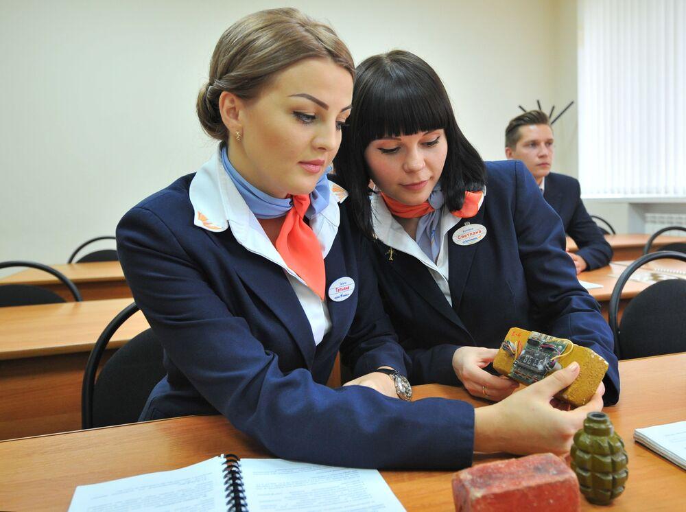 Futuras aeromoças estudam técnicas de segurança no centro de treinamento da aviação civil na cidade russa de Mineralnye Vody