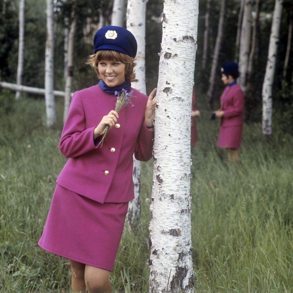 Aeromoça soviética Nadezhda Tkatch posa na floresta perto do aeroporto Sheremetyevo