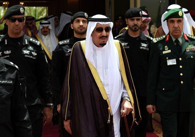 Salman bin Albdulaziz Al Saud, atual rei saudita, cercado por seguranças