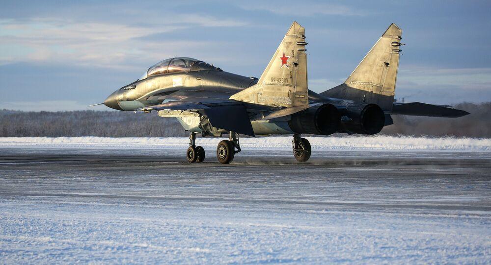 Caça multifuncional MiG-29K durante voo de treinamento