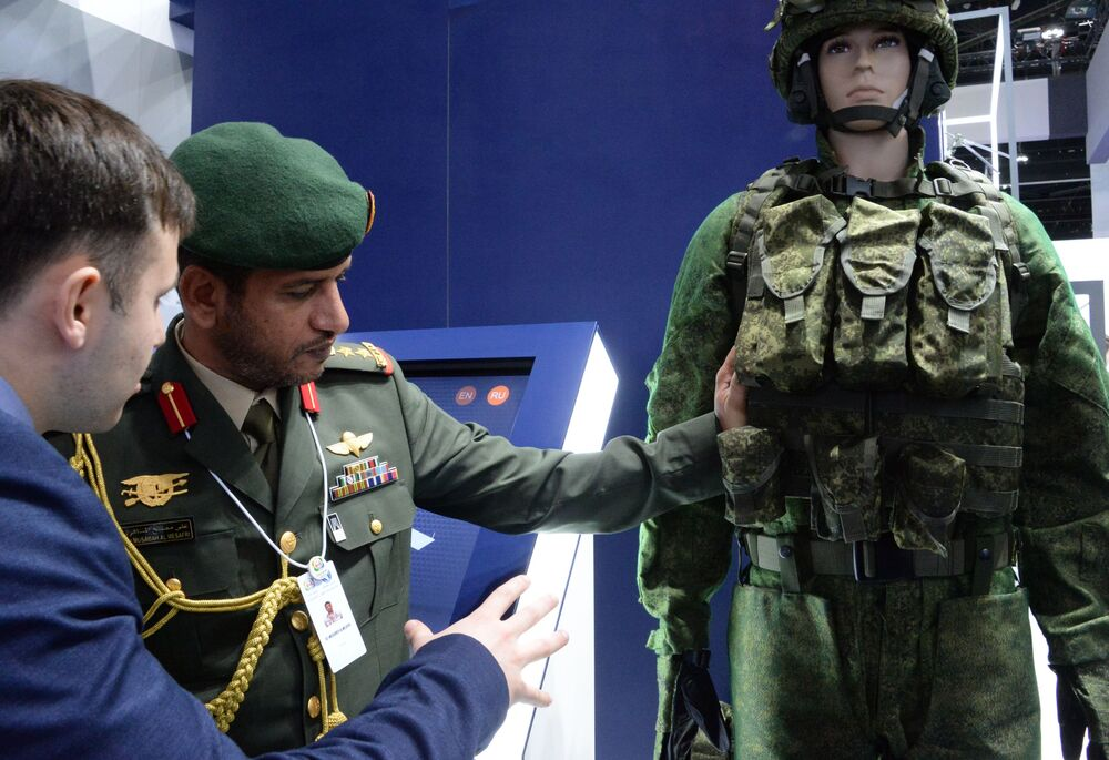 Visitante observa o sistema de combate russo Ratnik