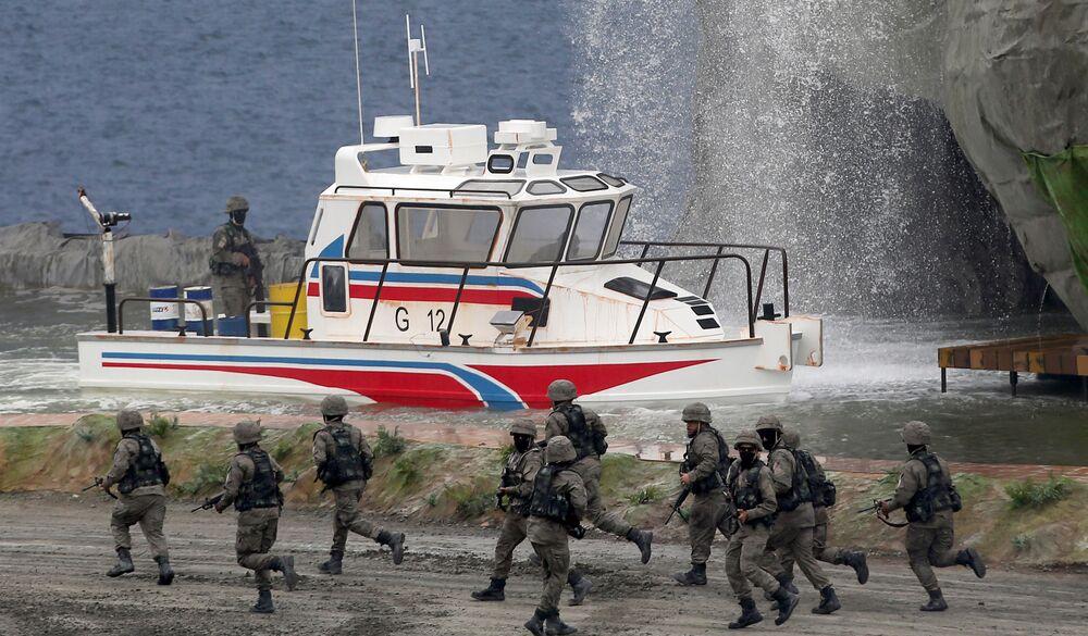 Militares do Exército dos EAU exibem manobras
