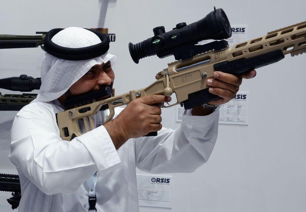 Visitante observa o rifle sniper T-5000 desenvolvido pela empresa russa Orsis