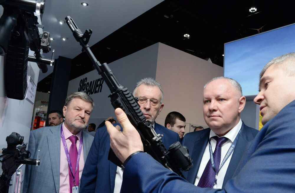 Diretor-geral da Rosoboronexport, Aleksandr Mikheev, segundo a direita