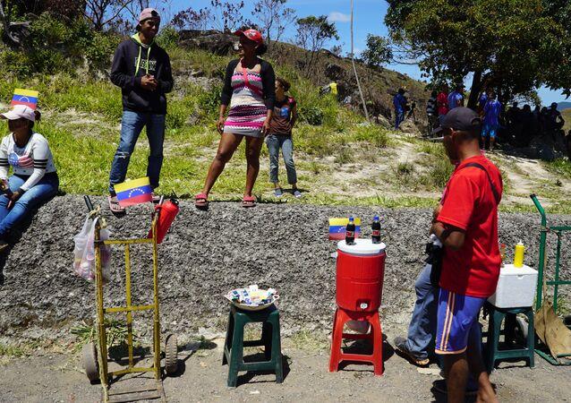 Venezuelanos vendendo produtos na região de fronteira com o Brasil, entre Pacaraima, em Roraima, e Santa Elena de Uairén, no estado venezuelano de Bolívar