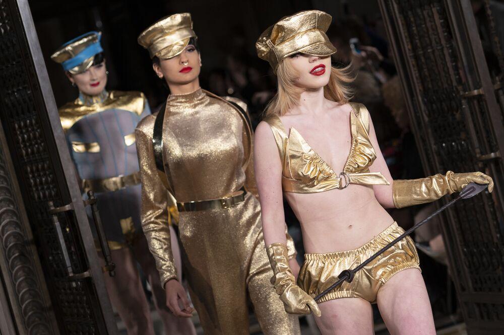 Modelos apresentam nova coleção de roupa Pam Hogg durante a Semana de Moda em Londres