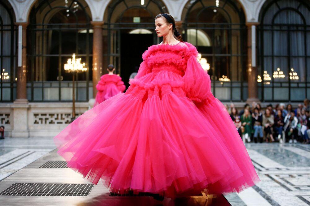 Modelos apresentam a nova coleção da marca Molly Goddard na Semana de Moda em Londres